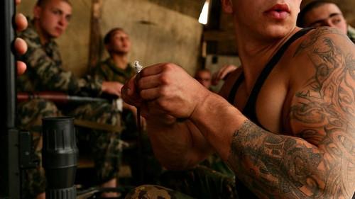 Армейские ряды с наколками, которые находятся на шее