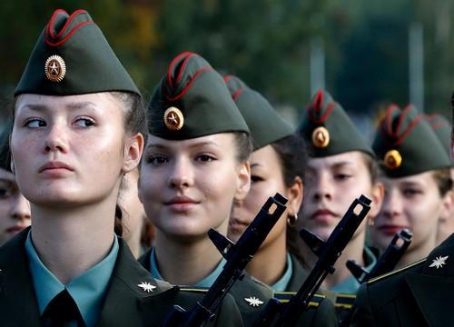 Берут ли девушек в армию