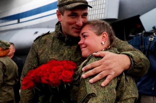 Военнослужащий и девушка с цветами