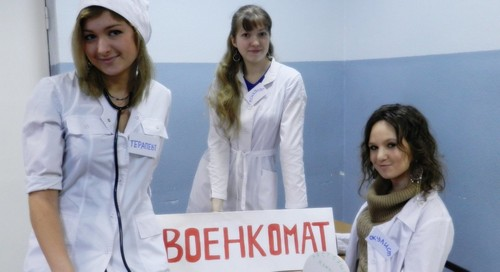 Девушки в военкомате