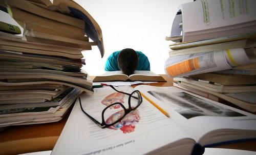 Студент с книгами