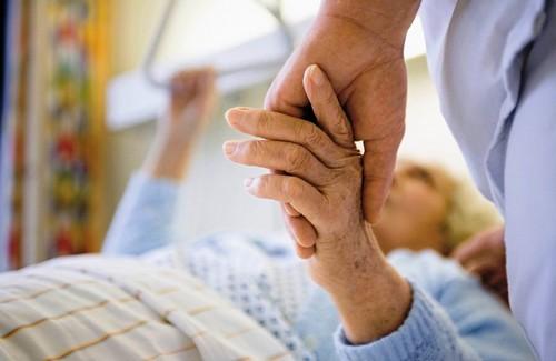 Больная пожилая женщина